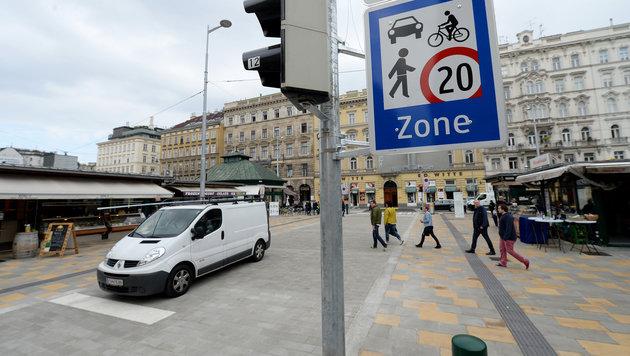 Die neue Begegnungszone am Wiener Naschmarkt ist nur 35 Meter lang und kostete 120.000 Euro. (Bild: APA/ROLAND SCHLAGER)