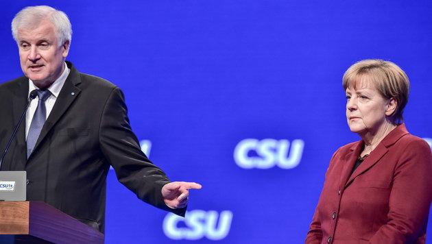 CSU-Chef Seehofer und Kanzlerin Merkel hatten in den letzten Monaten harte Debatten. (Bild: APA/EPA/PETER KNEFFEL)