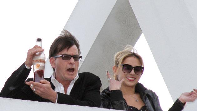 Charlie Sheen schockierte, als er am Balkon eines Hotels behauptete, Tigerblut zu trinken. (Bild: Viennareport)