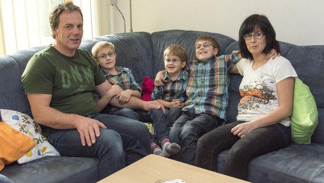 Die Eltern mit ihren Söhnen Matthias, Oliver und Tobias brauchen die Unterstützung der â01EKroneâ01C-Leser (Bild: Foto Jack Haijes)