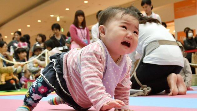 601 Babys stellten in Japan Krabbel-Weltrekord auf (Bild: APA/AFP/KAZUHIRO NOGI)