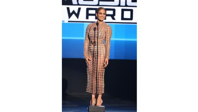 Im nudefarbigen Netzkleid machte Jennifer Lopez ebenfalls eine gute Figur. (Bild: Matt Sayles/Invision/AP)