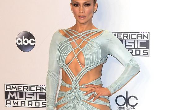 Jennifer Lopez ließ bei den American Music Awards in diesem Kleid viel nackte Haut blitzen. (Bild: APA/EPA/MIKE NELSON)