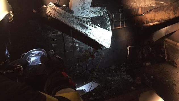 Mit einer Wärmebildkamera suchten die Einsatzkräfte nach Glutnestern. (Bild: Freiwillige Feuerwehr Eisbach-Rein)