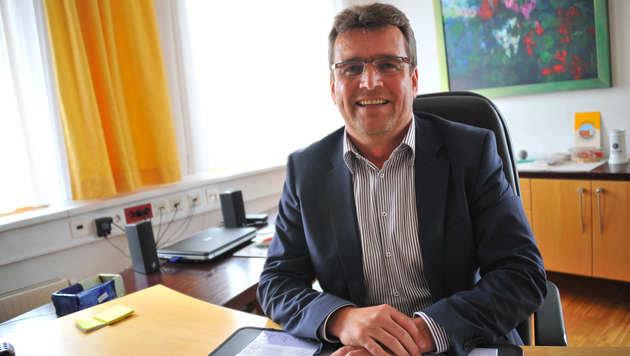 Marchtrenks Bürgermeister Paul Mahr versichert die Jugendlichen gegen Freizeitunfälle (Bild: Horst Einöder)