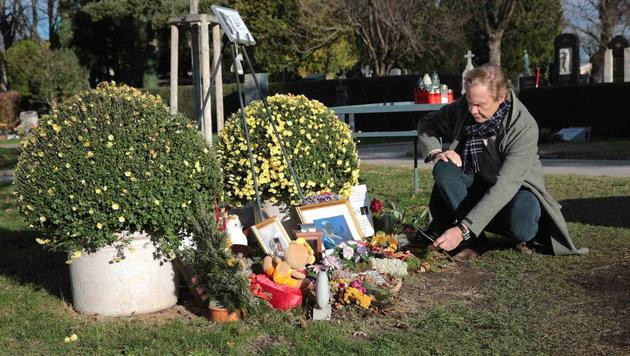 Peter Kraus legt vor dem Jürgens-Denkmal eine Rose nieder. (Bild: Starpix/ Alexander TUMA)