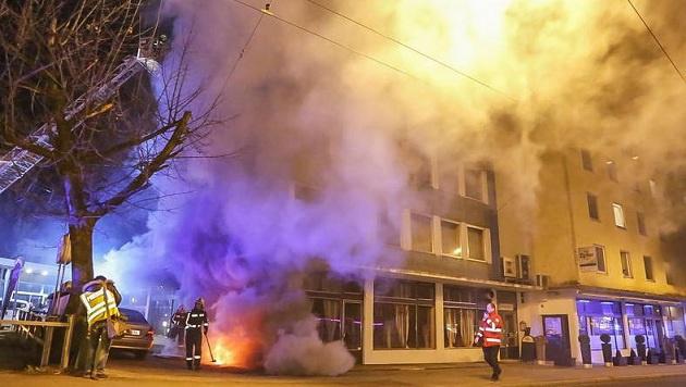 Dichter Rauch drang aus den beiden Gebäuden, die über den Keller miteinander verbunden sind. (Bild: Markus Tschepp)