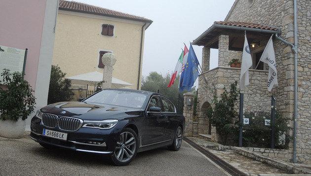 BMW 750i vor dem Hotel San Rocco, einem sehr gemütlichen Boutique-Hotel in Brtonigla (Bild: Stephan Schätzl)