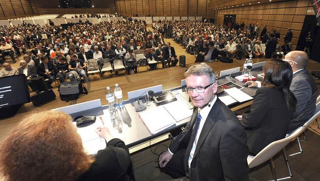 Betriebsratschef Lehner vor Beginn der Betriebsversammlung (Bild: APA/Herbert Pfarrhofer)