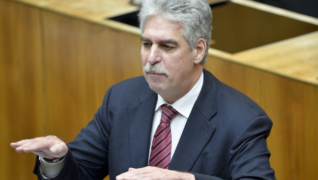 Budget: Regierung zufrieden, Opposition empört (Bild: APA/HERBERT NEUBAUER)