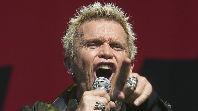 Der blondgefärbte Punk-Rebell Billy Idol wird 60 (Bild: Jack Plunkett/Invision/AP)