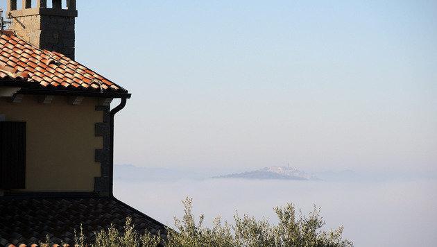 Hier taucht die Stadt Motovun auf ihrem 277 m hohen Hügel aus dem Nebel auf. (Bild: Stephan Schätzl)