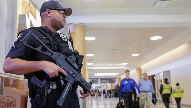 Waffen-Witz am Flughafen? Ganz schlechte Idee! (Bild: APA/EPA/Erik S. Lesser (Symbolbild))