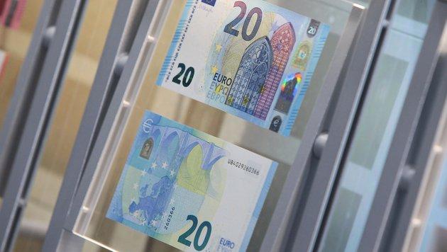 Neue 20-Euro-Banknoten im Umlauf (Bild: APA/AFP/DANIEL ROLAND)
