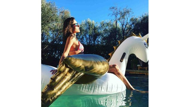Entspannung pur gibt's für Alessandra Ambrosio am schwimmenden Einhorn. (Bild: Viennareport)