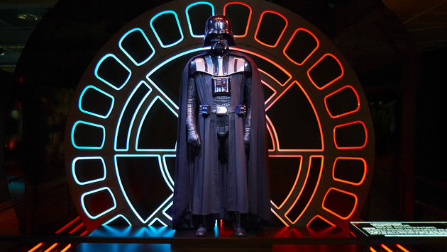 Das Originalkostüm von Darth Vader (Bild: APA/& TM 2015 LUCASFILM LTD.)