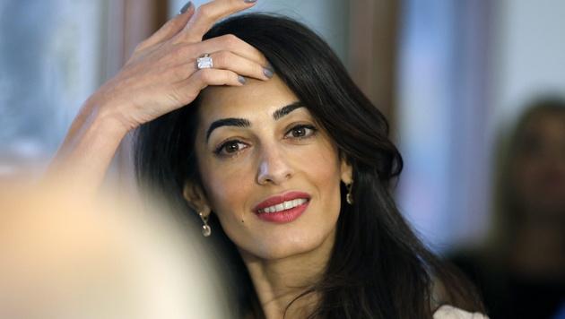 Der Verlobungsring wird bald nicht mehr auf Amal Clooneys Finger funkeln: Er ist ihr viel zu schwer. (Bild: APA/EPA/THANASSIS STAVRAKIS)