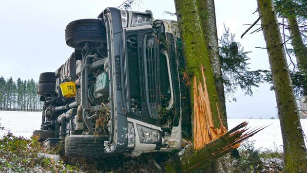Lkw-Lenker rettet sich mit Sprung aus Führerhaus (Bild: Einsatzdoku.at)