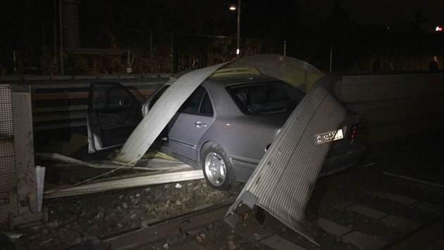 Alkolenker (21) landet mit Auto auf U6-Gleisen (Bild: Polizei)