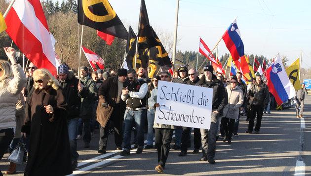 Keine Flüchtlinge, dafür Demonstranten und Bagger (Bild: Marcel Pail)