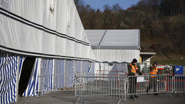 Keine Flüchtlinge, dafür Demonstranten und Bagger (Bild: APA/ERWIN SCHERIAU)