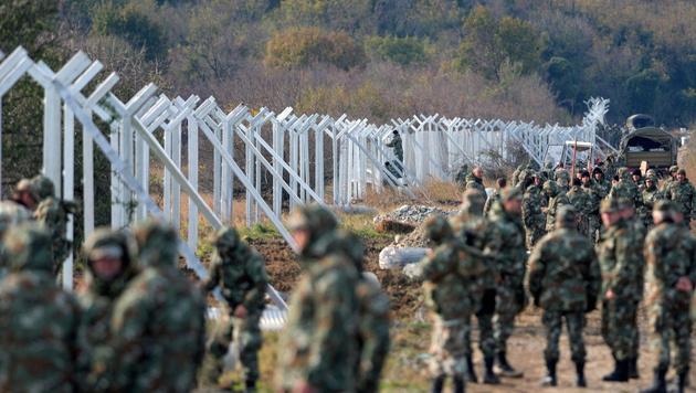 Mazedoniens Militär beim Bau des Grenzzaunes zu Griechenland (Bild: APA/EPA/NAKE BATEV)