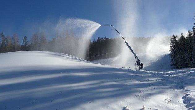 Schneelanzen sorgen dafür, dass man sich nicht nur auf das weiße Gold von oben verlassen muss. (Bild: Bergbahnen Hinterstoder)