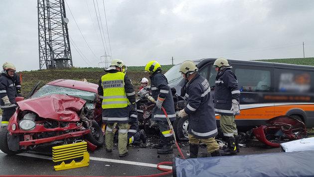 Beim Zusammenstoß des roten Toyota mit einem Kleinbus starb ein Beifahrer aus Ried. (Bild: FF Walchshausen)