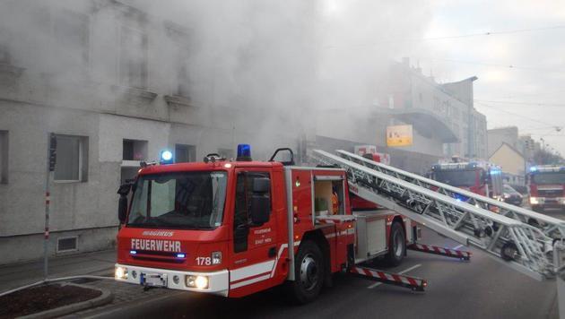Matratze in Flammen - Mann aus Wohnhaus gerettet (Bild: MA 68 Lichtbildstelle)
