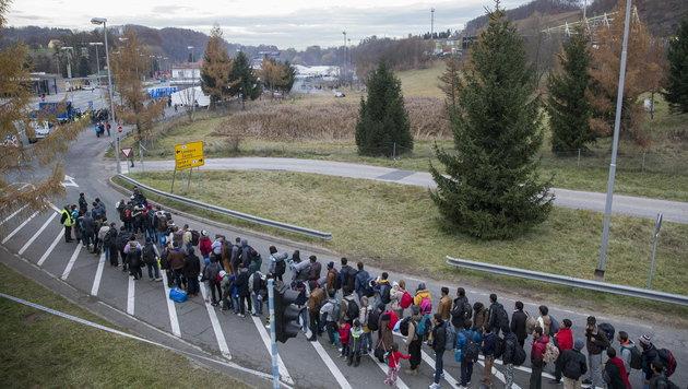 Wieder Flüchtlingsankünfte in Spielfeld (Bild: APA/EPA/ERWIN SCHERIAU)