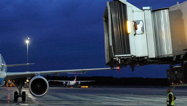 Airport Wien: Passagiere saßen nach Landung fest (Bild: APA/HELMUT FOHRINGER)