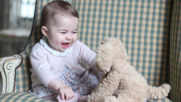 Mit dem Hündchen macht's gleich doppelt so viel Spaß! (Bild: APA/EPA/The Duchess of Cambridge/HANDOUT)