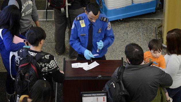 Kontrolle an einem US-Flughafen (Bild: MICHAEL REYNOLDS/EPA/picturedesk.com)