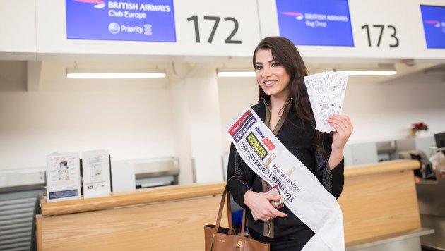 Amina Dagi mit ihren Flugtickets (Bild: MAC/www.inshot.at)