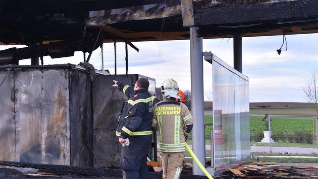 Gebäude auf A4-Rastplatz abgebrannt (Bild: Patrick Huber)
