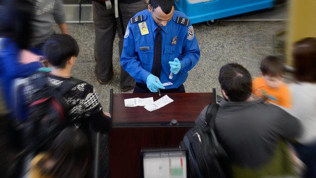 Künftig Passwort-Checks bei Einreise in die USA? (Bild: Michael Reynolds/EPA/picturedesk.com)