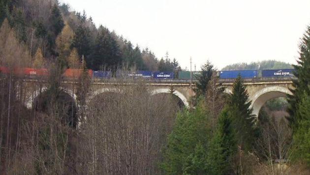 Der entgleiste Güterzug (Bild: APA/ORF/ORF)