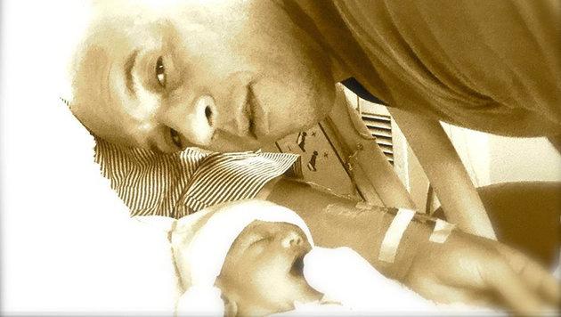 Vin Diesel postete nach der Geburt seines dritten Kindes ein Foto von sich und dem Neugeborenen. (Bild: Viennareport)