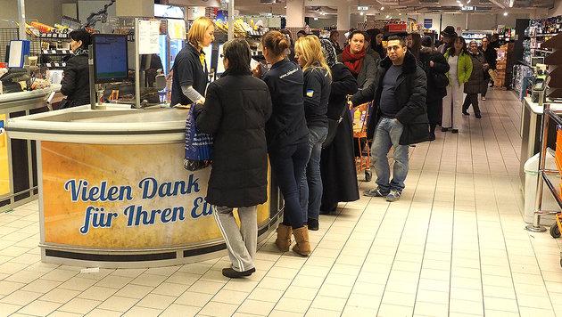 Auch in der Filiale in Wien-Brigittenau standen Kunden an den Kassen Schlange. (Bild: Florian Hitz)