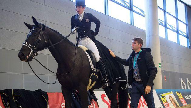 Lisa (am Pferd) und Thomas Müller (Bild: APA/AFP/PETER KNEFFEL)