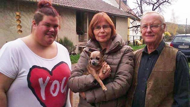 Charly mit seinen Besitzern (Bild: facebook.com/Hunde Suchtrupp Mittelfranken)