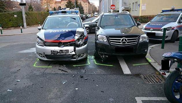 An den beiden Fahrzeugen entstand erheblicher Sachschaden. (Bild: LPD Wien)