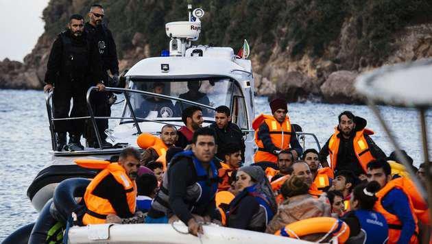Ein Boot der griechischen Küstenwache mit Flüchtlingen (Bild: APA/AFP/Dimitar Dilkoff)