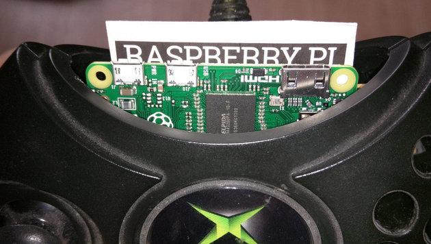 Kleiner Nachteil der Kontruktion: Der Raspberry Pi ragt zwecks Verkabelung aus dem Gehäuse heraus. (Bild: shkspr.mobi/blog)