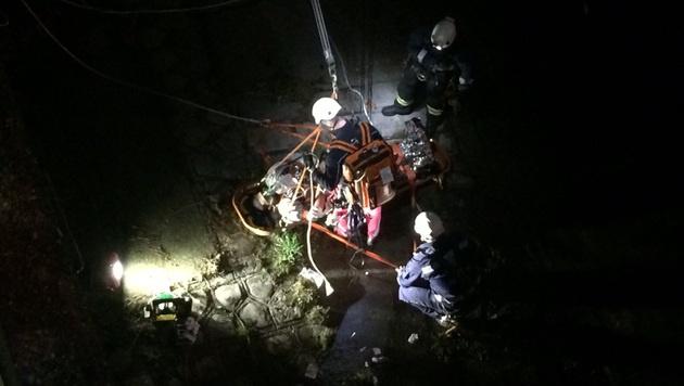Das Rettungsteam holte den Mann mittels Seilzug aus dem Wasser. (Bild: Berufsrettung Wien)