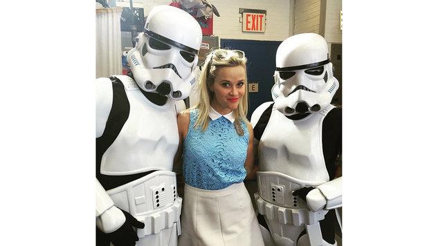 Reese Witherspoon posiert mit zwei Sturmtrupplern. (Bild: Viennareport)