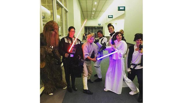 """Kaley Cuoco und ihr """"Star Wars""""-Team (Bild: Viennareport)"""