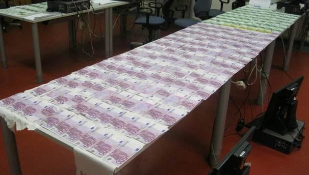 Mehr als 130.000 Euro mussten trockengelegt werden. (Bild: Polizei)