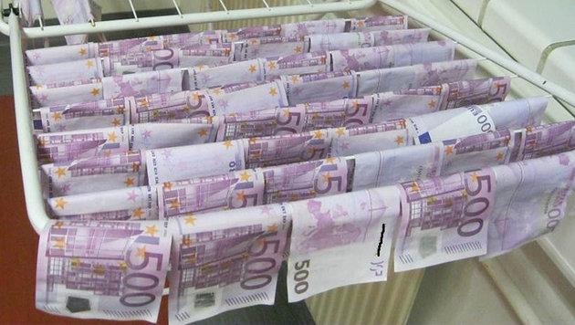 Die Banknoten wurden zum Trocknen aufgehängt. (Bild: Polizei)
