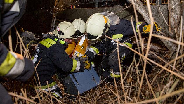 Gestohlener Tresor aus Bachbett in NÖ geborgen (Bild: APA/BFK BADEN/STEFAN SCHNEIDER)